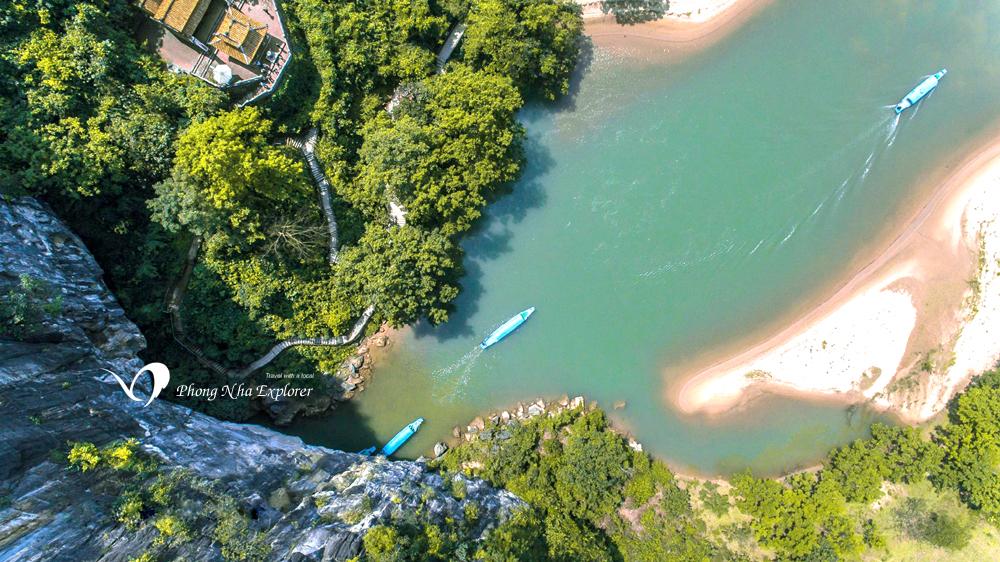 Sông Son chảy ngầm trong động Phong Nha Kẻ Bàng