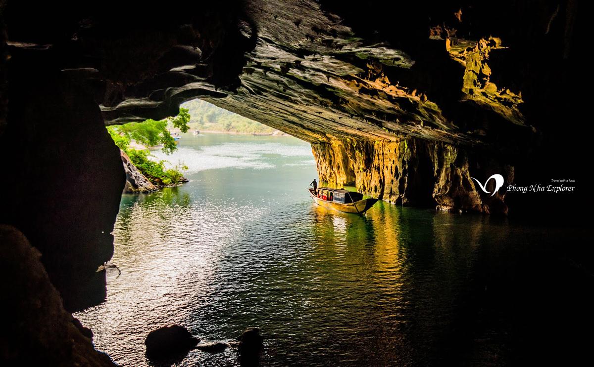 Từ bên trong hang Phong Nha - Kẻ Bàng nhìn ra ngoài